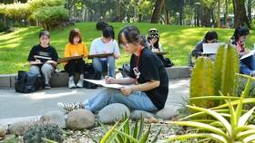 Các bạn sinh viên trong giờ thực hành vẽ tại công viên Tao Đàn. Ảnh: Việt Dũng