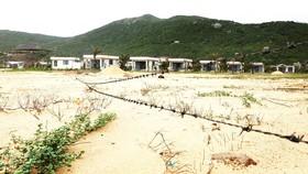 Người dân thôn Chánh Oai lập hàng rào thép gai bao vây khu resort Vunam để phản đối. Ảnh: NGỌC OAI