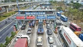 Xe qua trạm thu phí xa lộ Hà Nội trong ngày 1-4. Ảnh: QUỐC HÙNG