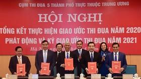 Lãnh đạo 5 thành phố trực thuộc Trung ương ký kết giao ước thi đua năm 2021. Ảnh: VGP
