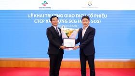Ông Nguyễn Tuấn Anh, Phó TGĐ Sở Giao dịch Chứng khoán Hà Nội (HNX) trao chứng nhận đăng ký giao dịch cổ phiếu trên sàn Upcom cho SCG
