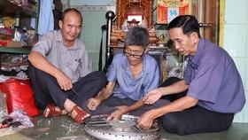 Từ sự hỗ trợ vốn của hội, CCB Bùi Hiếu Trung (giữa) mở rộng cơ sở làm ăn, ổn định cuộc sống