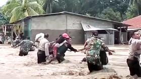 Sơ tán tránh lũ tại Indonesia tháng 4-2021