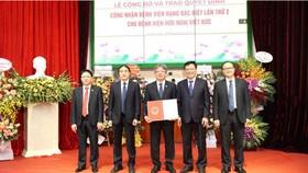 Trao Chứng chỉ toàn cầu của Hiệp hội phẫu thuật Hoàng gia Anh (The Royal College of Surgeons of England) cho BV Việt Đức. Ảnh: Bộ Y tế