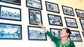 Chị Lâm Hồng Đẹp xem lại ảnh chân dung mình tại triển lãm