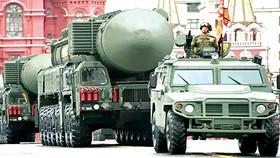 Xe đa dụng Tigr-M hộ tống xe chở đạn kiêm bệ phóng tên lửa đạn đạo  xuyên lục địa (ICBM) Yars trong lễ duyệt binh