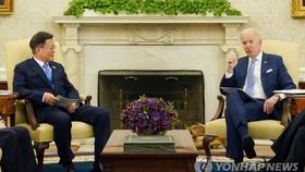 Tổng thống Mỹ Joe Biden (phải) trong cuộc hội đàm với người đồng cấp Hàn Quốc Moon Jae-in (trái) tại Nhà Trắng, Washington, ngày 21-5-2021. Ảnh: YONHAP