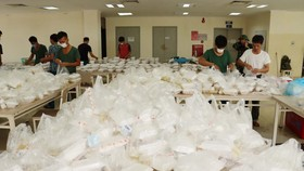 Các chiến sĩ bộ đội tỉnh Thừa Thiên - Huế chuẩn bị bữa trưa cho 531 công dân cách ly tại T4