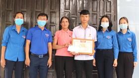 Quảng Bình: Trao Huy hiệu Tuổi trẻ dũng cảm cho người cứu sống 2 em nhỏ