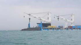 Tàu ngầm 183 - TPHCM được hạ thủy khỏi tàu Rolldoc của Hà Lan (tháng 3-2014)