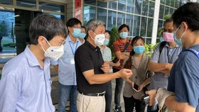 Thứ trưởng Bộ Y tế Nguyễn Trường Sơn kiểm tra công tác tiêm chủng cho công nhân tại TPHCM. Ảnh: Bộ Y tế