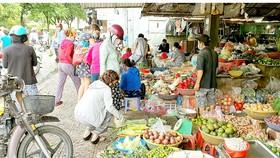Một chợ tự phát ở quận Bình Thạnh vẫn hoạt động nhộn nhịp  trong ngày 20-6. Ảnh: ĐOÀN HIỆP