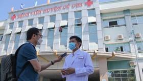 Phóng viên Báo SGGP tác nghiệp ở Bệnh viện Huyện Củ Chi.  Ảnh: DŨNG PHƯƠNG