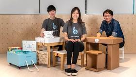 """Ang Yu Qian (trái) và Kloe Ng (giữa)  với sản phẩm """"lớp học trên chiếc hộp di động"""""""