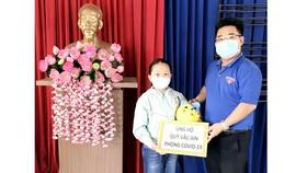 Một học sinh khui heo đất ủng hộ quỹ vaccine phòng Covid-19