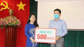 Đại diện Công ty Thành Phương trao 500 triệu đồng  ủng hộ Quỹ phòng chống dịch Covid-19 của tỉnh Bình Phước