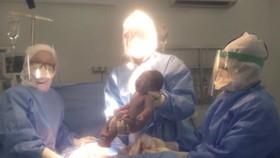 Ê kíp phẫu thuật bắt ra bé gái khỏe mạnh trong niềm vui của mọi người
