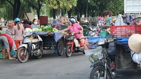 Nhiều xe 3 bánh bán rau, củ, quả… trên đường Nguyễn Ngọc Phương (cổng sau chợ Thị Nghè, quận Bình Thạnh). Ảnh:  Đoàn Hiệp