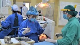 Sinh viên ngành Răng Hàm Mặt, Trường ĐH Y Dược TPHCM trong giờ học thực hành