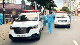 Những chuyến xe do Hà Nhi và Minh Trí hỗ trợ cùng đội ngũ y tế  đưa người đi điều trị, cách ly