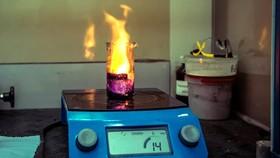 Quá trình xử lý kim loại được  thực hiện trong phòng thí nghiệm
