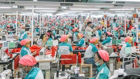 Công nhân may làm việc tại một nhà máy ở Ấn Độ