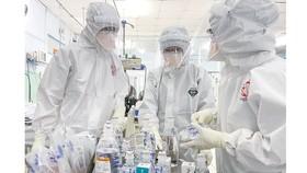 Các bác sĩ chuẩn bị điều trị cho bệnh nhân F0 nặng  tại Bệnh viện Trưng Vương, quận 10, TPHCM. Ảnh: HOÀNG HÙNG