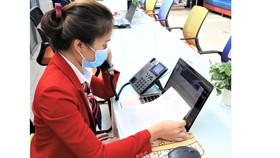 Cán bộ Trường ĐH Kinh tế  Tài chính TPHCM đang tư vấn tuyển sinh bằng điện thoại với thí sinh