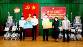 Bà Đặng Thị Kim Oanh – Chủ tịch Tập đoàn Kim Oanh trao tặng máy thở và bộ kit cho đại diện UBMTTQ Việt Nam tỉnh Đồng Nai