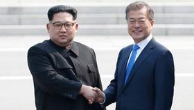 Lãnh đạo Triều Tiên Kim Jong Un và Tổng thống Hàn Quốc Moon Jae In tại biên giới hai nước, tháng 4-2018. Ảnh: Reuters.