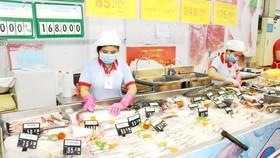 Nhiều hàng hóa được Co.opmart giảm giá  để chia sẻ khó khăn với người dân