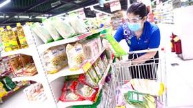 Nhân viên siêu thị đi chợ cho khách đặt hàng online