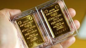 """Vàng SJC """"mắc"""" hơn vàng thế giới"""