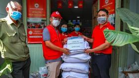 Tặng 1 tấn gạo cho Hội chữ thập đỏ TPHCM