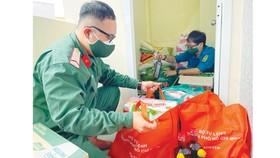 Chiến sĩ Ban Chỉ huy quân sự quận 8, TPHCM chuẩn bị các phần quà tặng người dân khó khăn. Ảnh: HOÀNG HÙNG