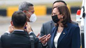 Bộ trưởng Ngoại giao Singapore Vivian Balakrishna (trái) đón Phó Tổng thống Mỹ Kamala Harris (phải) tại sân bay Paya Lebar, ngày 22-8