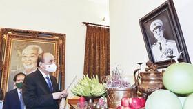Chủ tịch nước Nguyễn Xuân Phúc dâng hương trước anh linh  Đại tướng Võ Nguyên Giáp tại nhà riêng Đại tướng, số 30 Hoàng Diệu, Hà Nội. Ảnh: TTXVN