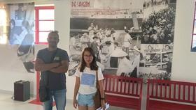 Tác giả và chủ siêu thị Sai Gon - L'Asie à votre porte Damien  trong khu di tích lịch sử của làng CAFI