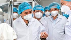 Thủ tướng Phạm Minh Chính thăm Công ty cổ phần Công nghệ sinh học dược Nanogen - đơn vị nghiên cứu, sản xuất vaccine phòng COVID-19 Nanocovax. Ảnh: VGP