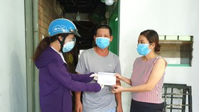"""Đại diện chương trình """"Một gia đình trợ giúp một gia đình""""  trao hỗ trợ gia đình anh Lê Văn Còn (phường 28, quận Bình Thạnh)"""