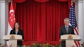 Thủ tướng Singapore Lý Hiển Long (phải) và Phó Tổng thống Mỹ Kamala Harris tại cuộc họp báo ở Singapore. Ảnh: The Straits Times