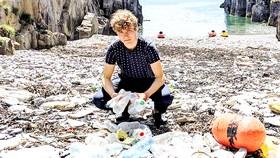 Fionn Ferreira bên bờ biển đầy rác thải nhựa