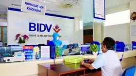 Khách hàng giao dịch tại Ngân hàng BIDV
