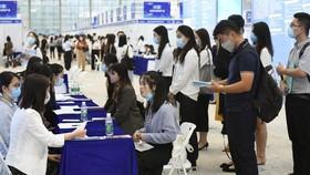 Sinh viên tốt nghiệp đại học tìm việc tại hội chợ việc làm  ở Thâm Quyến, Trung Quốc