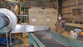 Xử lý chất thải nhựa tại Khu liên hợp xử lý chấy thải rắn Tây Bắc, Củ Chi. Ảnh: CAO THĂNG