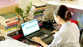 Chuyên viên Bảo hiểm xã hội TPHCM làm việc online, giải quyết hồ sơ trực tuyến cho người dân tại nhà trong những ngày giãn cách. Ảnh: MẠNH HÒA