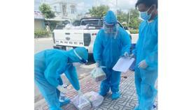 Giáo viên Trưởng THCS Mỹ Thạnh (thị xã Bến Cát, tỉnh Bình Dương) chuẩn bị SGK đến các em học sinh ở vùng đỏ