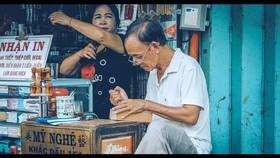 Một người thợ khắc con dấu mỹ nghệ ở TPHCM. (Ảnh chụp ở thời điểm dịch chưa bùng phát). ẢNH:  KHANH TRỊNH