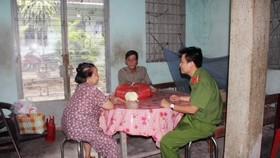 Thiếu tá Nguyễn Trung Hiếu thăm hỏi hộ gia đình có hoàn cảnh khó khăn (ảnh chụp lúc chưa giãn cách xã hội)