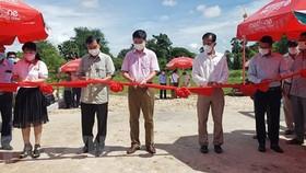 Đại diện lãnh đạo thành phố Kampot, Tổng lãnh sự quán Việt Nam tại tỉnh Preah Sihanouk cắt băng khánh thành công trình Cầu đường Hữu nghị. Ảnh: TTXVN